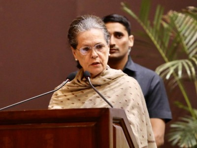 Focus on welfare of Dalits and tribals: Sonia to Thackeray
