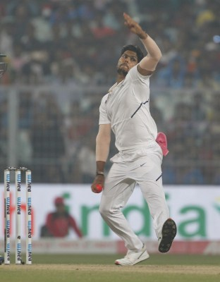 India suffer blow as Umesh Yadav limps off the field on third day