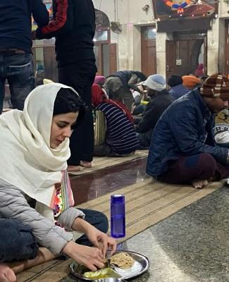 Kirti Kulhari visits Golden Temple to seek blessings