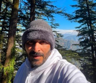 Manav Kaul visits Ruskin Bond in Mussoorie, gifts him debut novel Antima