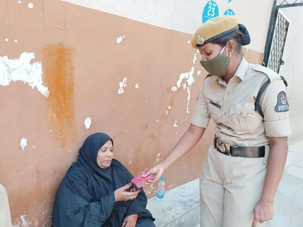 Police constable returning the lost wallet to Khaleda. Photo: Mohammed Hussain