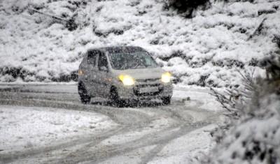 Season's first snowfall lashes plains of Kashmir Valley