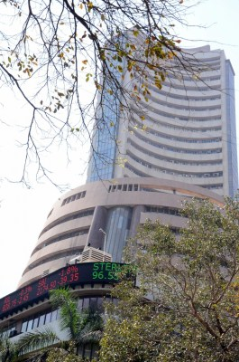 Sensex, Nifty inch up to touch fresh highs
