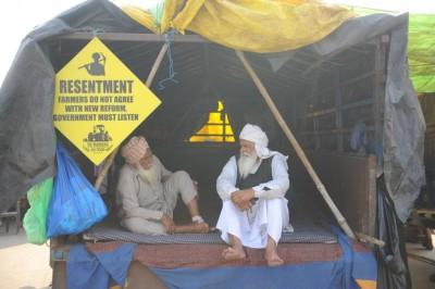 Singhu Border: As cold wave strikes Delhi, elderly farmers get foot massagers