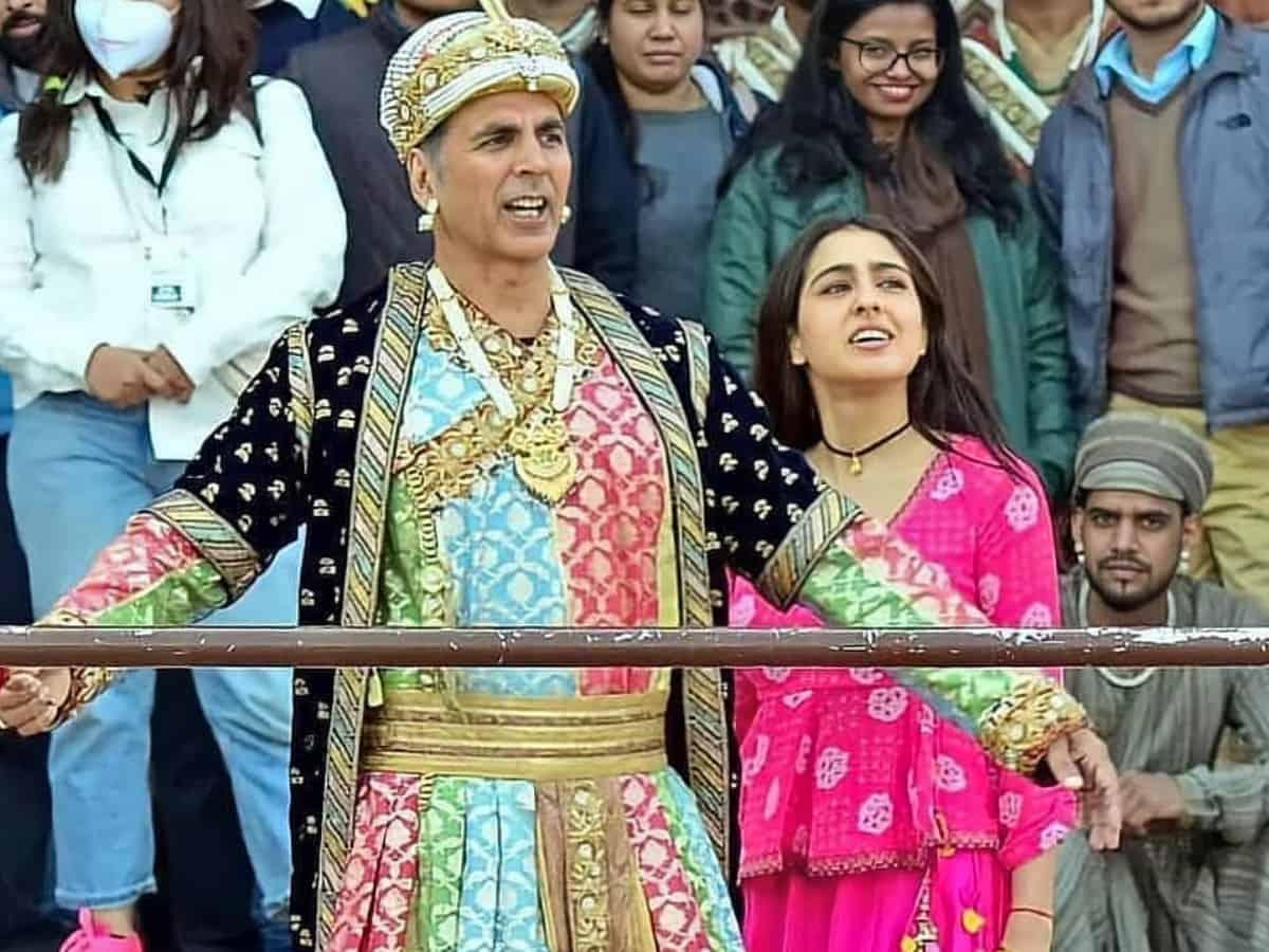 Viral Video: Akshay Kumar has a 'ghatiya' reply to Sara Ali Khan's shayari