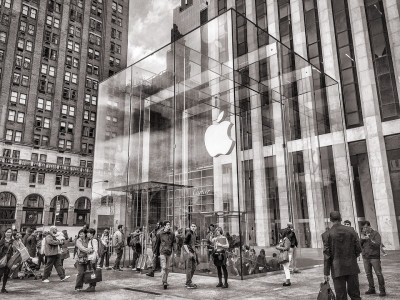 Apple temporarily closes all stores in UK as Covid surges