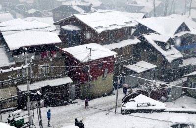Heavy snowfall forces rationing of essentials in Kashmir