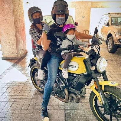 Kunal goes for bike ride with daughter Inaaya, wife Soha