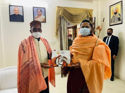 Sarada Peetham seer offers to set up eye hospital in Dehradun