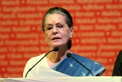 Sonia forms 10-member election panel for Kerala chaired by Chandy