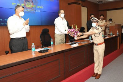 Thackeray pats Mumbai Police, honours Covid warriors