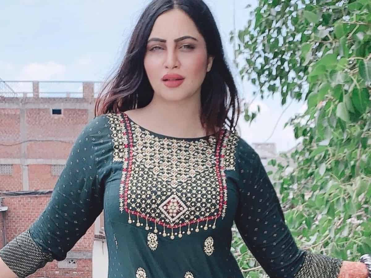 Viral Video: Bigg Boss fame Arshi Khan claims she is a qualified Physiotherapist