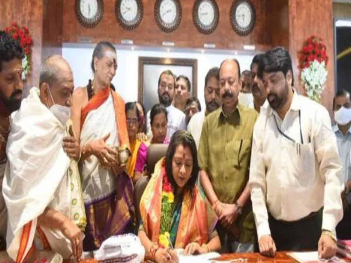Gadwal Vijayalaxmi takes charge as GHMC mayor