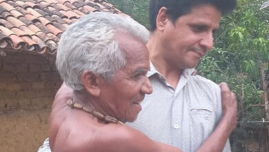 Shankar Ramchandani seen carrying a leprosy patient to his nearby hut. (File photo) Photo: twitter/ @amar4Odisha
