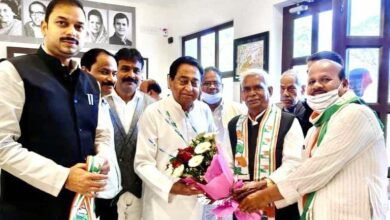 Babulal Chaurasia taking membership of Congress in presence of former Chief Minister Kamal Nath.