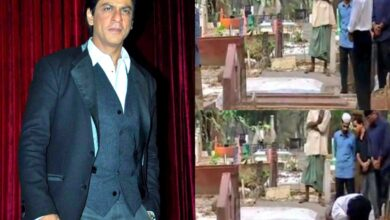 Shah Rukh Khan offers prayers at parents' grave in Delhi, pics go viral
