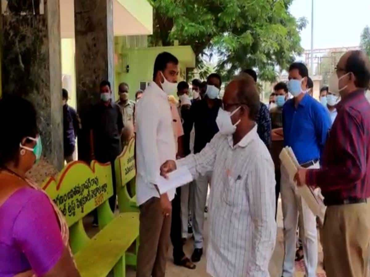 Andhra Minister expresses dissatisfaction over maintenance of COVID-19 centre in Nellore